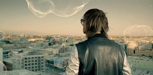 David Guetta: bublinový videoklip Where Them Girls At