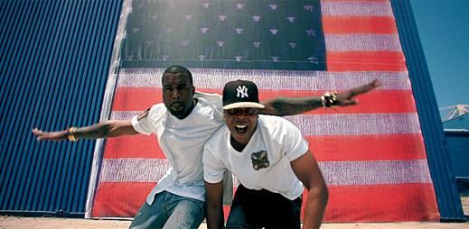 Jay-Z a Kanye West rapují před americkou vlajkou