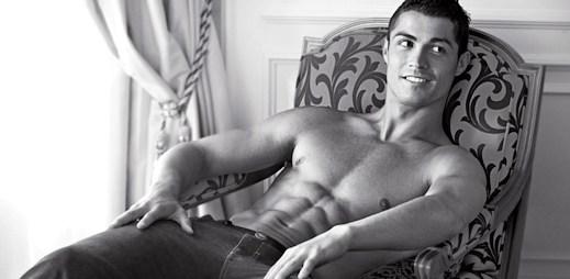 Polonahý Cristiano Ronaldo na fotkách pro Armaniho