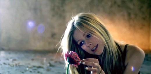 Avril Lavigne opravdu pláče v novém klipu Wish You Were Here