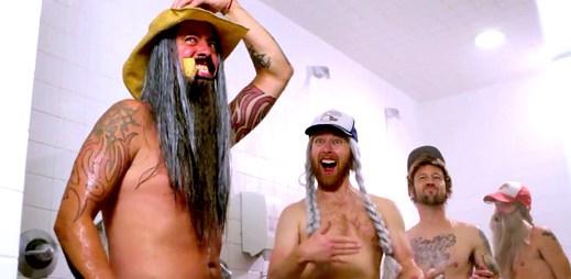 Video: Členové kapely Foo Fighters společně ve sprchách