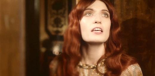 Florence + The Machine na maškarním bále v klipu Shake It Out