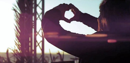 """David Guetta a Usher v klipu """"Without You"""" spojili kontinenty"""