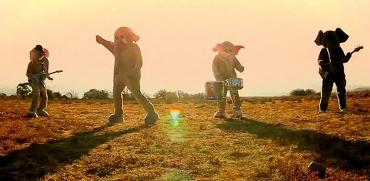 """Nový klip """"Paradise"""" od Coldplay, aneb pobíhající slon po městě"""
