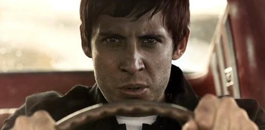 Záhadný muž s kufříkem v novém videoklipu Exampla