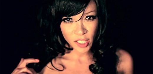 Little Jackie: Maska, pouta a kopulační pohyby v klipu Cock Block