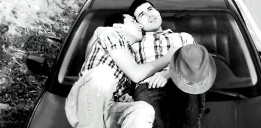 """Gay video: Zamilovaný klip """"I Won't Give Up On Us"""" Jasona Mraze"""