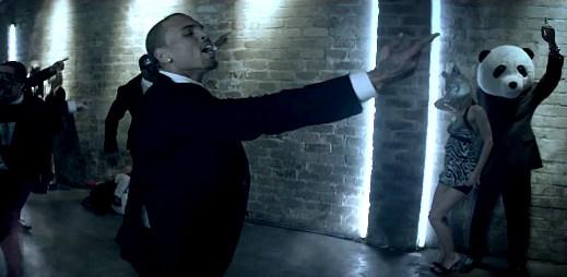 Divoká party Chrise Browna v novém klipu alá Michael Jackson