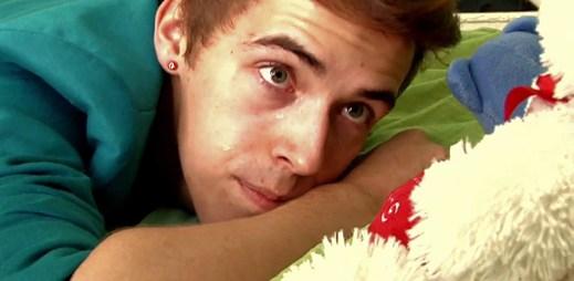 MaTTy v klipu One Last Cry ničí vzpomínky na svého přítele