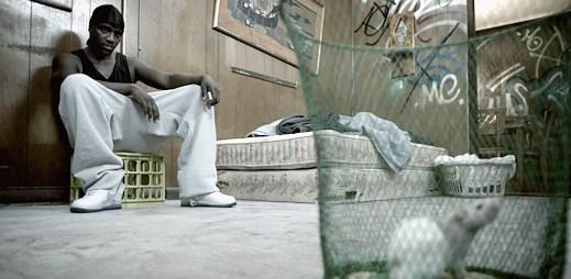Akon a French Montana: Drsné prostředí v klipu Hurt Somebody