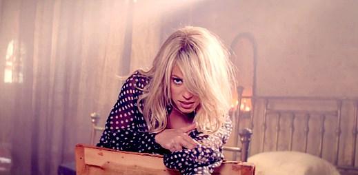 Shakira rozhýbala své boky v klipu Addicted To You
