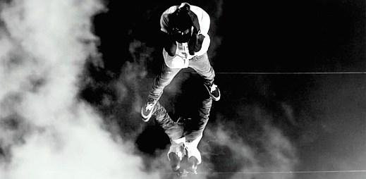 Kanye West v černo-bílém nebi v Lost In The World