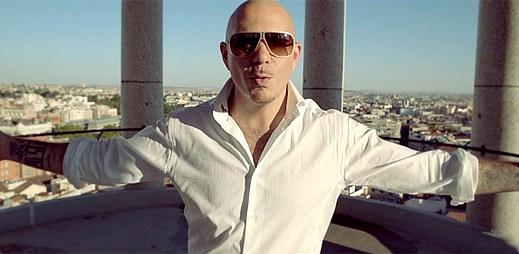 Špioni Pitbull a Shakira osvobozují dívku v klipu Get It Started