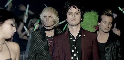 Green Day: Krvavá bitka holek v novém klipu Kill The DJ
