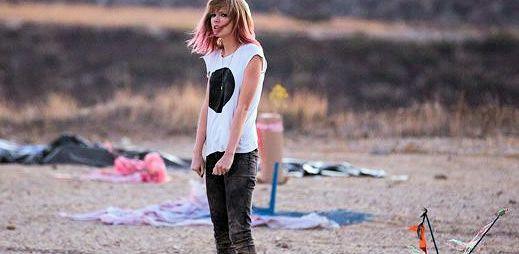 Taylor Swift: Nový klip o dramatickém pádu v milostném životě