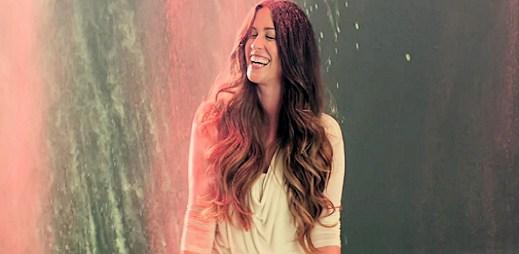 Podívejte se na lidské emoce v klipu Receive od Alanis Morissette