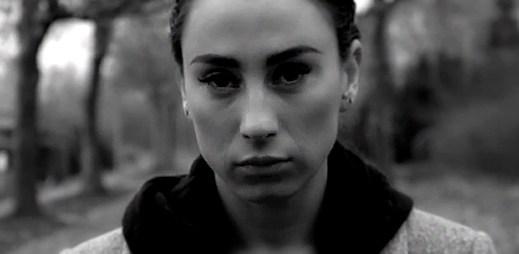 Medina se v novém klipu Har du glemt nevyhnula trápení a slzám