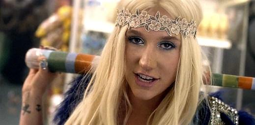 Znuděná servírka Kesha ožije díky hippie kamarádkám v C'Mon