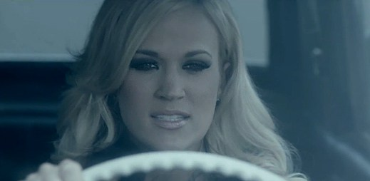 Carrie Underwood se pomstila v klipu Two Black Cadillacs