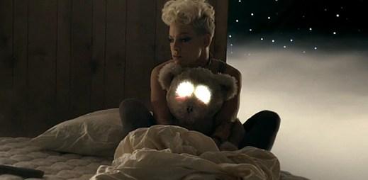 Pink řádí na plovoucí matraci v novém klipu Just Give Me A Reason