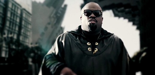 Cee-Lo Green bloudí v bortícím se LA v klipu Only You