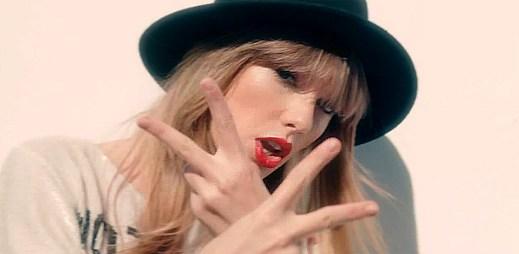 Taylor Swift si dává dort a skáče do vody v klipu 22