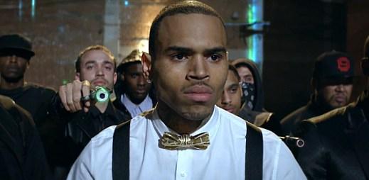 Chris Brown odporuje otci své přítelkyně v klipu Fine China