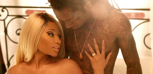 Nicki Minaj a Lil' Wayne společně v posteli ve videu High School