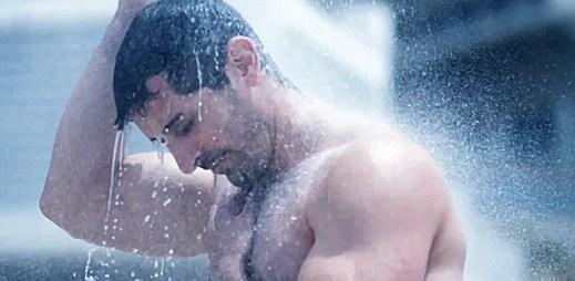 Horká dovolená: Sprchování pěti gayů má nečekaný konec (video)