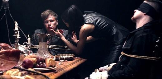 Fall Out Boy pojídají vlastní orgány v klipu Young Volcanoes