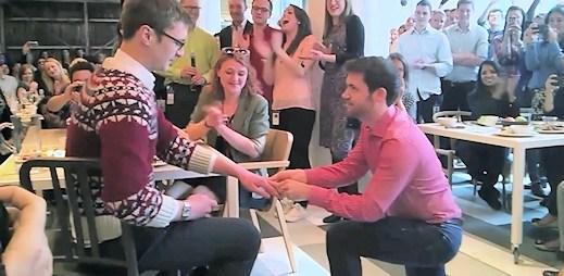 Žádost o ruku a vyznání lásky před zraky kolegů v kanceláři Googlu