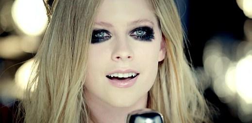 Avril Lavigne rozhání školní nudu v Here's To Never Growing Up