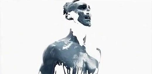 Maroon 5 si malují vlastní tělo svými dotyky v Love Somebody