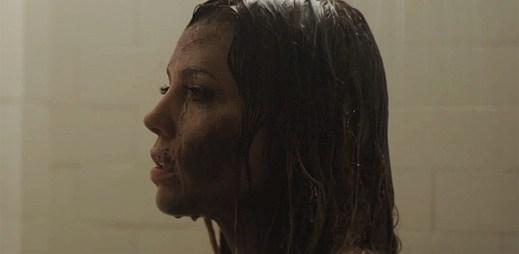 Zpěvačku Skylar Grey se pokouší zabít milenec v klipu Final Warning