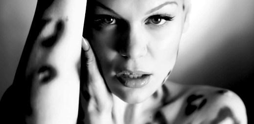 Jessie J se vrací na hudební scénu s novým klipem Wild