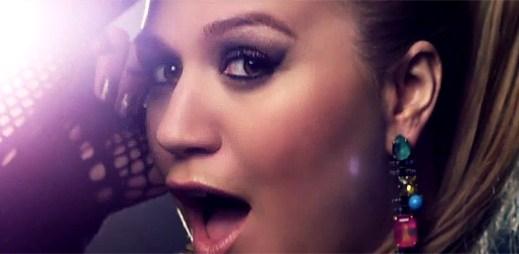 Kelly Clarkson se mění na barevnou zpěvačku v People Like Us