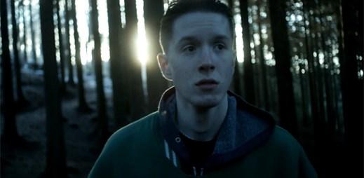 Dvacetiletý zpěvák MMOTHS vydal klip All These Things z irských lesů