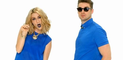 Duo Karmin chytlavě zpívají ve svěžím klipu Acapella