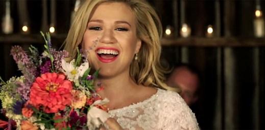 Kelly Clarkson s předehrou k vlastní svatbě v klipu Tie It Up
