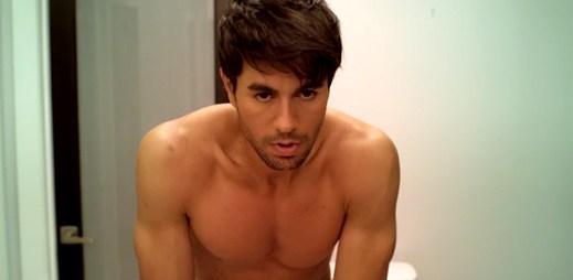 Zdrogovaný Enrique Iglesias ukázal tělo v klipu Turn The Night Up