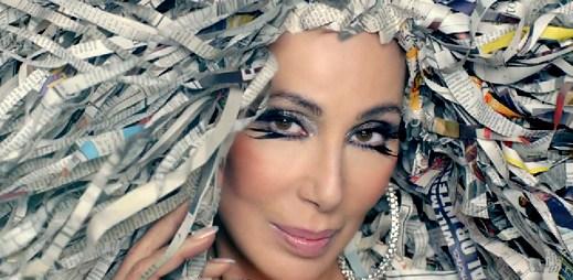 Cher představila klip Woman's World! Má v něm paruku z novinových proužků