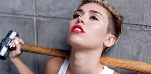 Miley Cyrus pláče nad nevydařeným vztahem v klipu Wrecking Ball