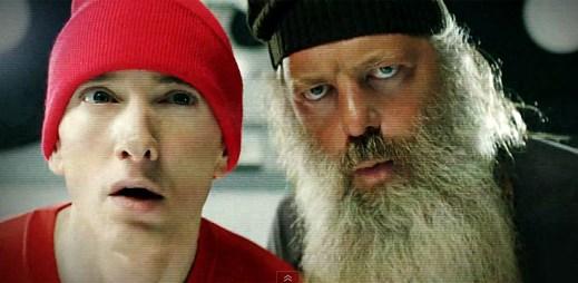 Eminem vzdává hold hip-hopové skupině Beastie Boys v klipu Berzerk