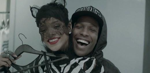 Rihanna se mazlí s figurínou v klipu Fashion Killa od rappera A$AP Rocky