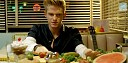 Cody Simpson se vypořádává s obživlým jídlem v klipu La Da Dee