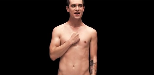 Brendon Urie z kapely Panic! At The Disco se v klipu Girls/Girls/Boys svlékl do naha