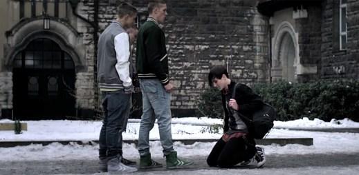 Šikana mladého gaye! Videoklip Gay Goth Scene od The Hidden Cameras