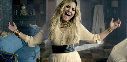 Demi Lovato hraje v klipu Let It Go na klavír a bloudí po opuštěném domě