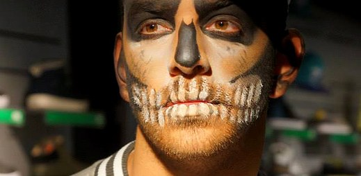 Módní značka Cropp fotila kluka s maskou kostlivce