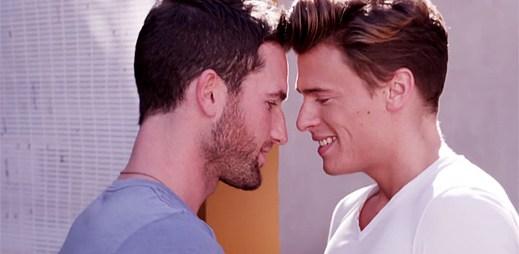 Gay zpěvák Blake McIver zpívá o bouřlivém vztahu v klipu Wish I Didn't Need You